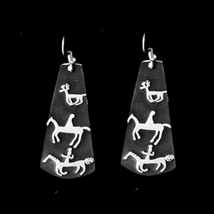 P25-B NEXT CYCLE PETROGLYPH SIMPLE EARRINGS